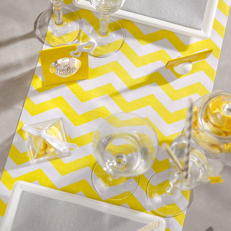chemin de table chevron en tissu jaune. Black Bedroom Furniture Sets. Home Design Ideas