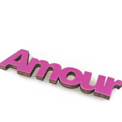 Mots « AMOUR » sur sticker prune