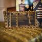 Chemin de table festif noir et or