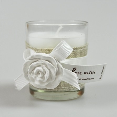 Bougie cosy avec une rose blanche